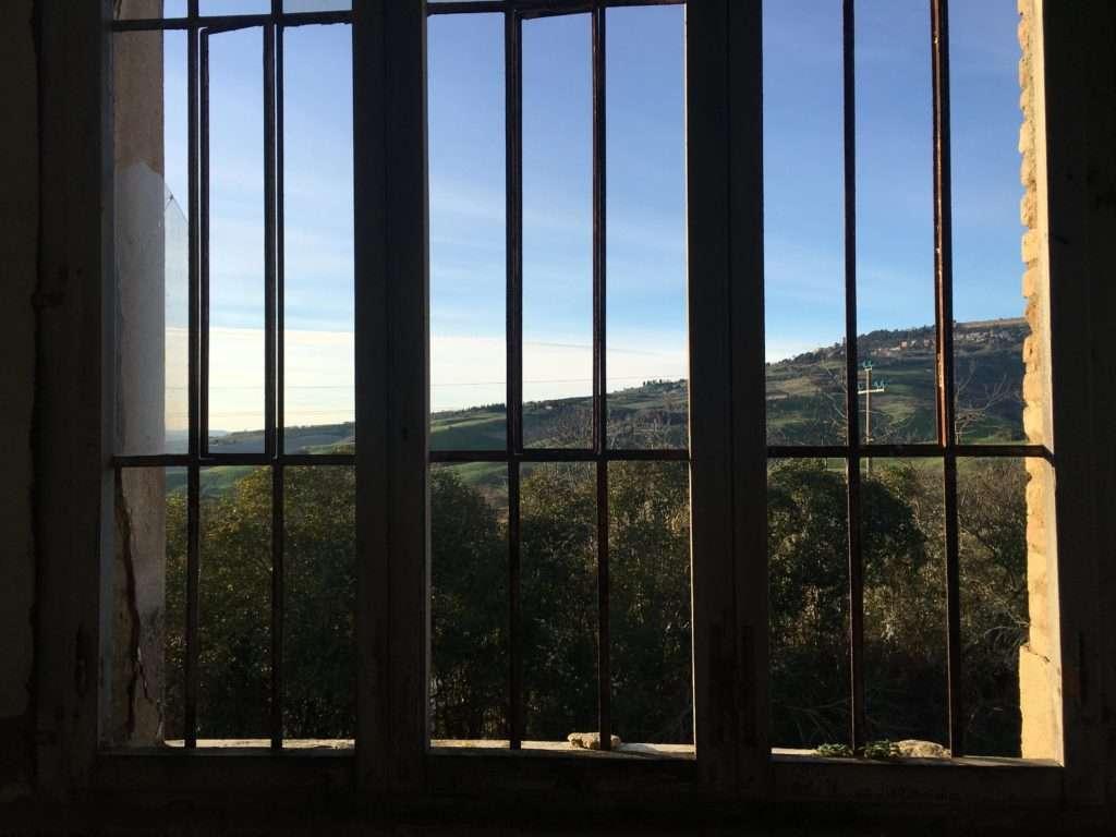 Padiglione Tanzi, finestra con vista su Volterra.