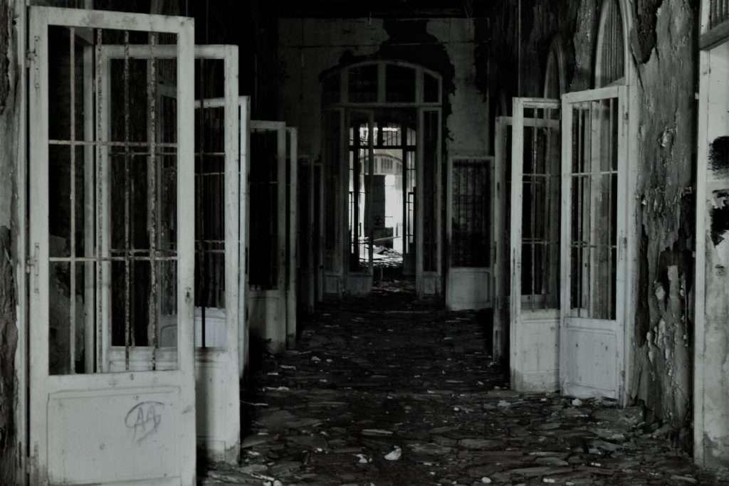 Porte del corridoio del padiglione Ferri