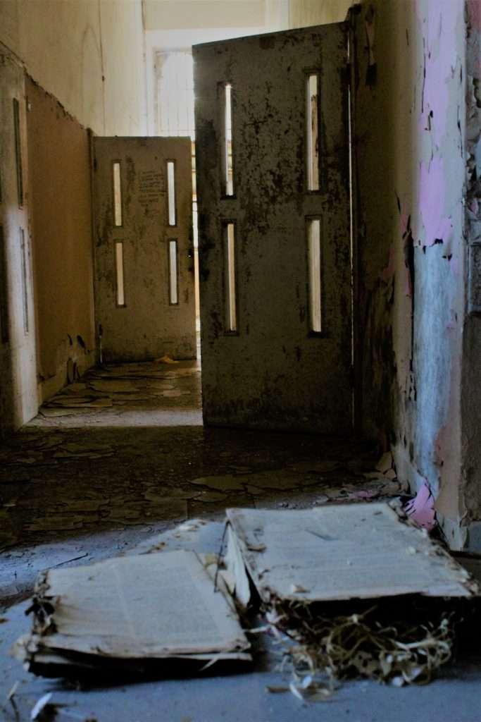 Porte delle celle del padiglione giudiziario Ferri del manicomio di Volterra